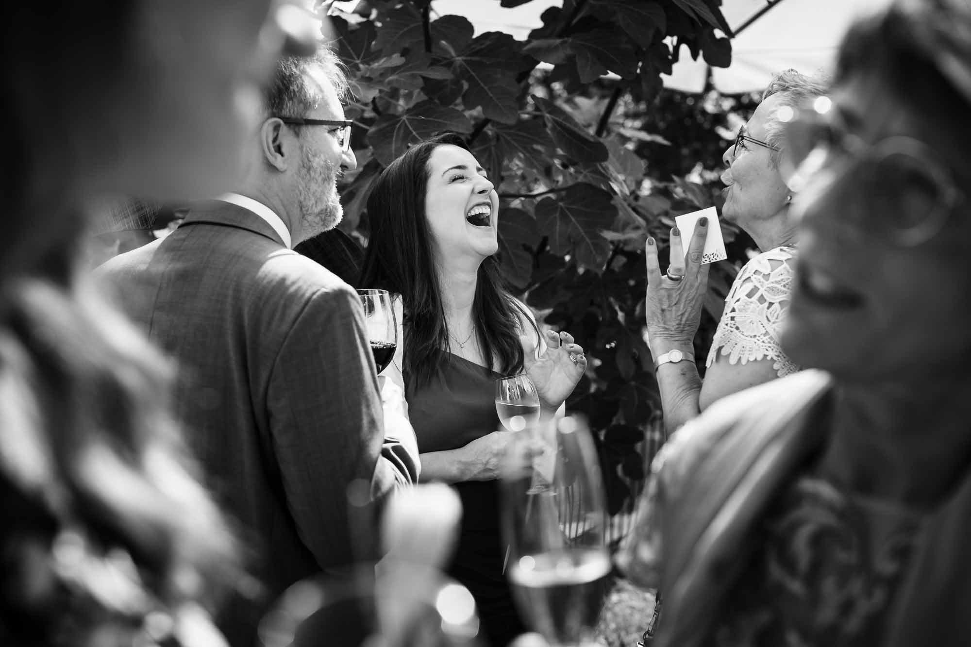 Mehrere Gäste lachen