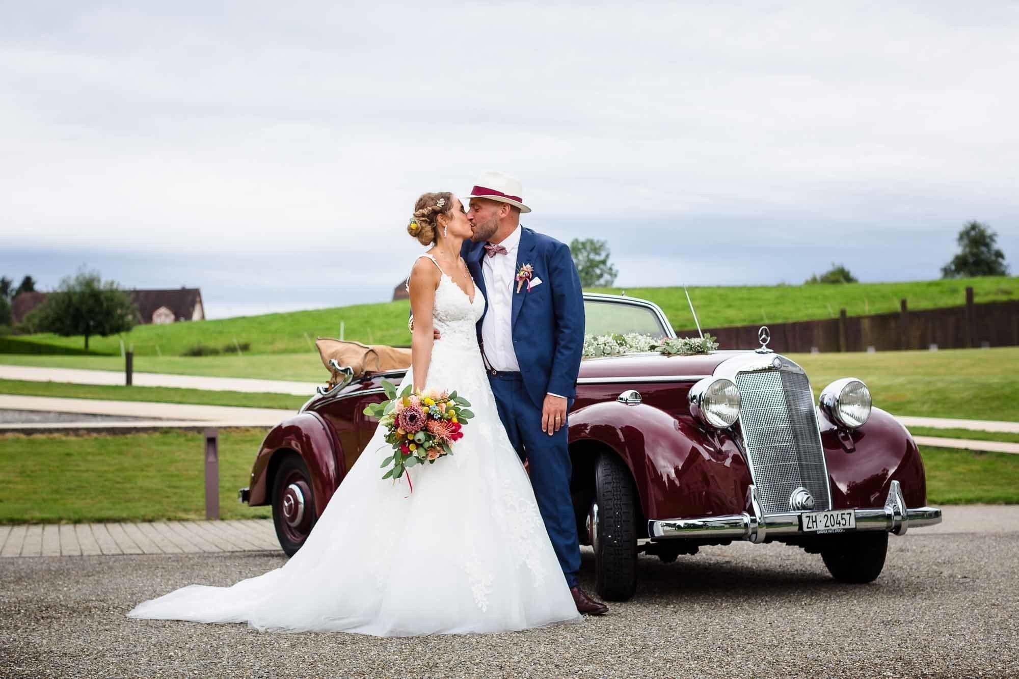 Oldtimer mit Brautpaar an Hochzeitsreportage Horgen