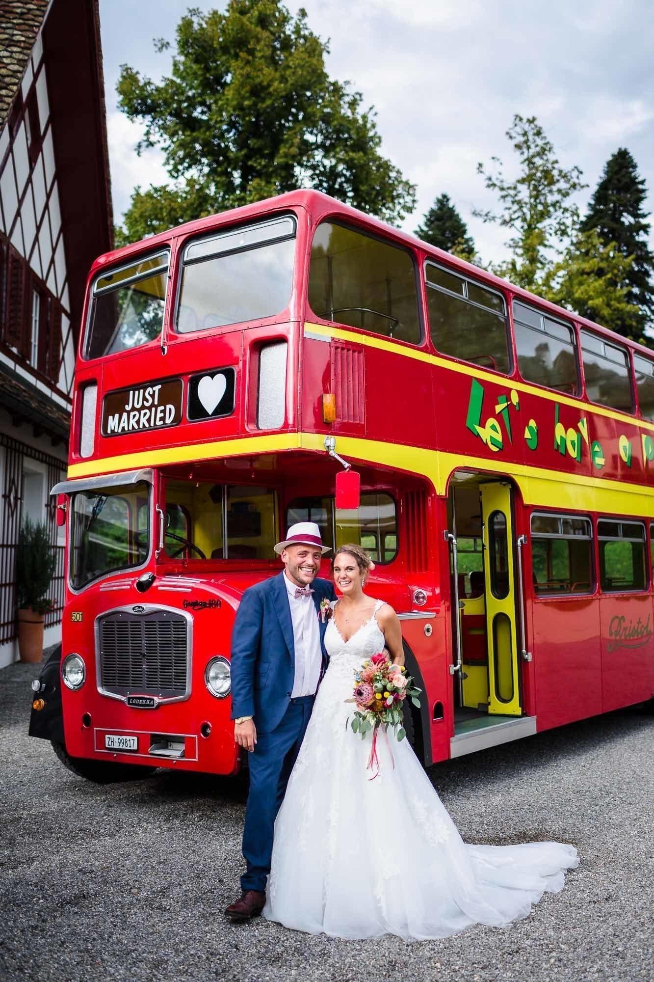 Brautpaar vor London Bus