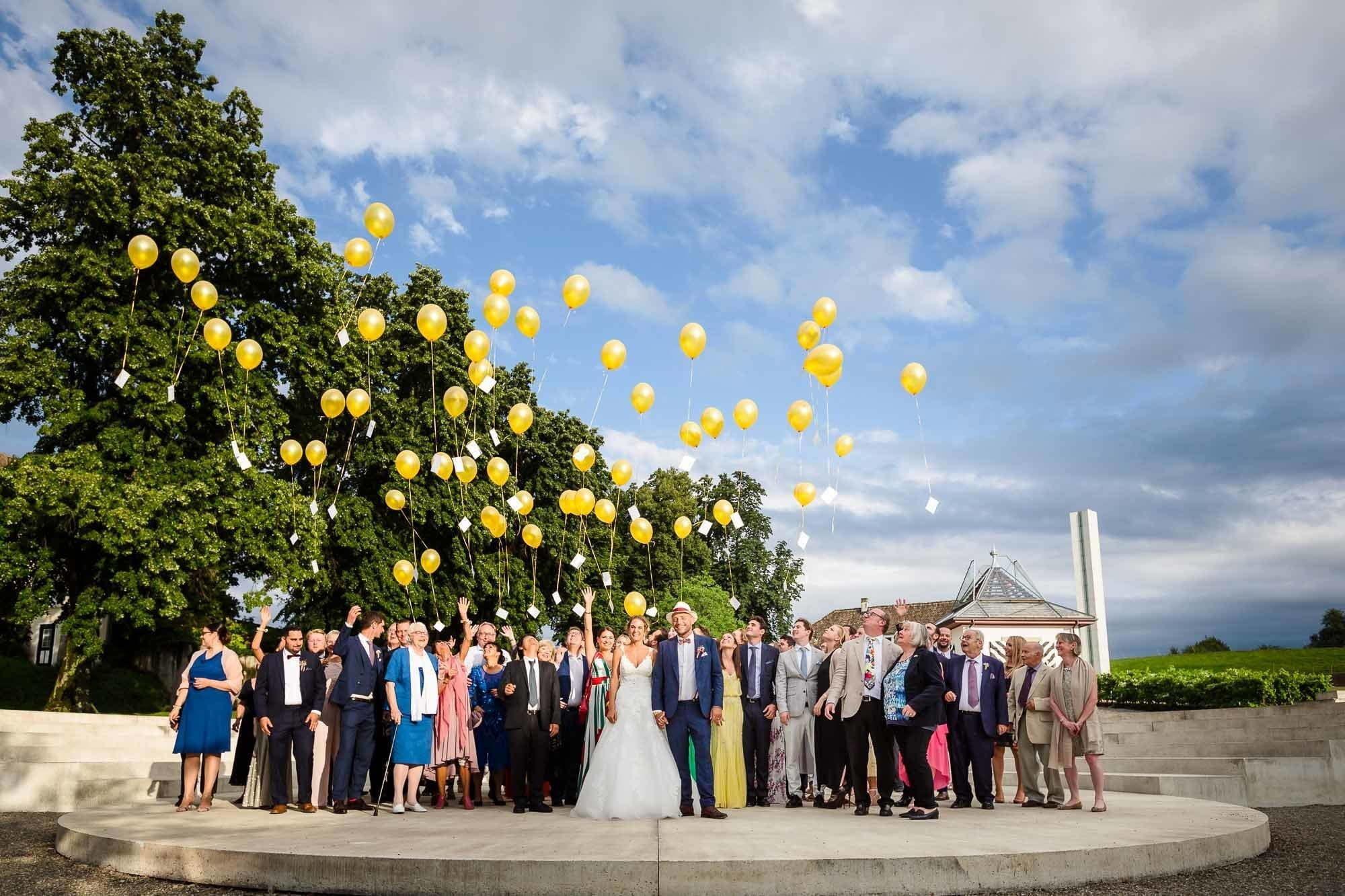 Gäste lassen Luftballone steigen im Bocken Horgen