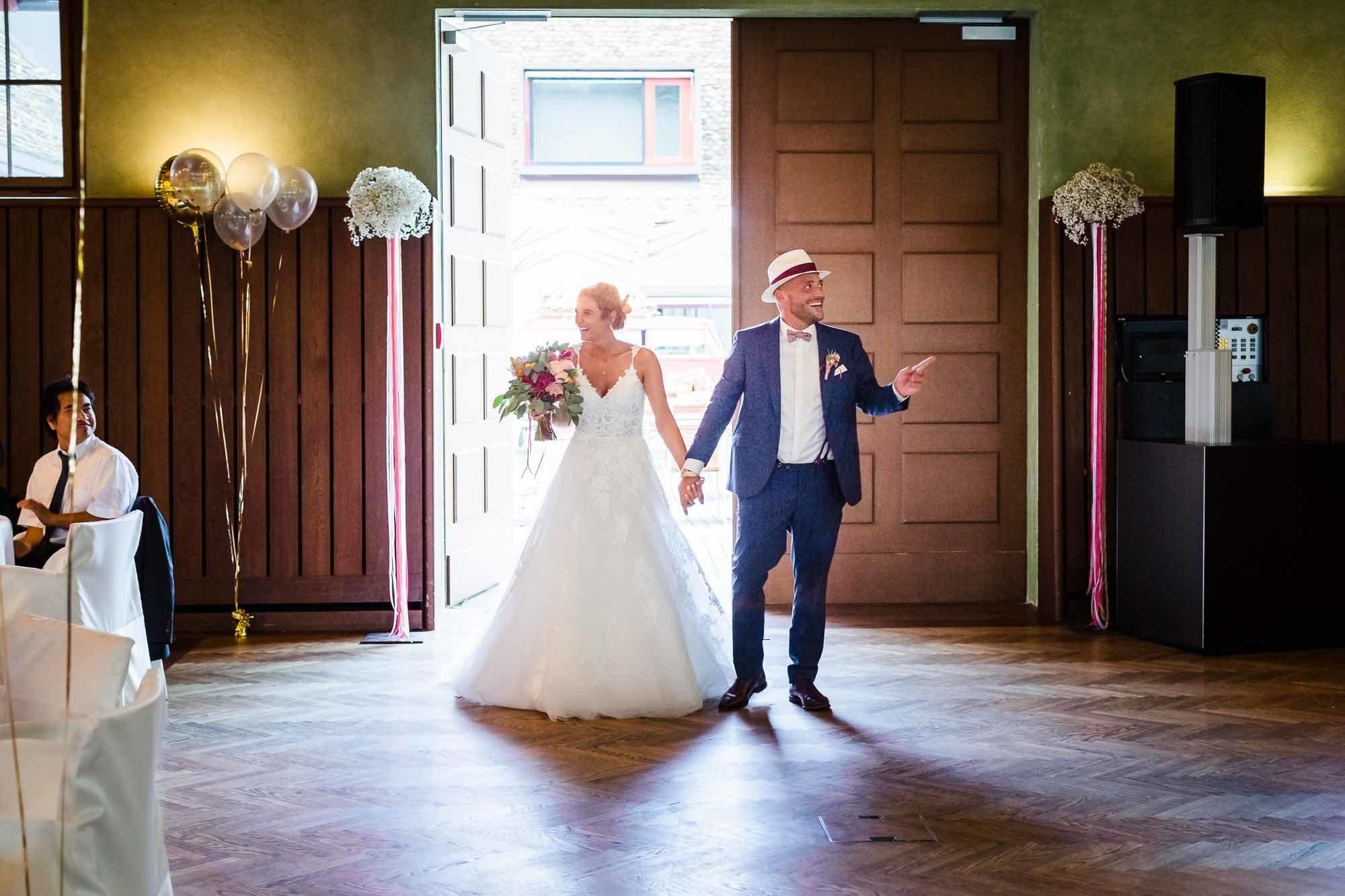 Brautpaar zieht in Festsaal vom Bocken Horgen ein