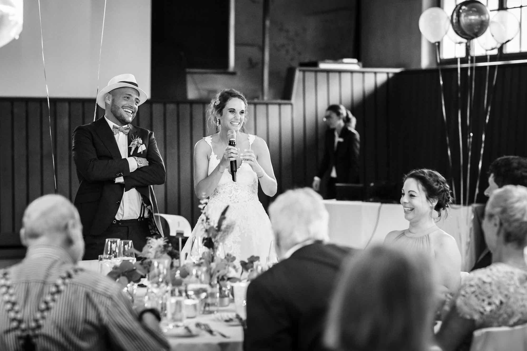 Brautpaar stellt Gäste vor