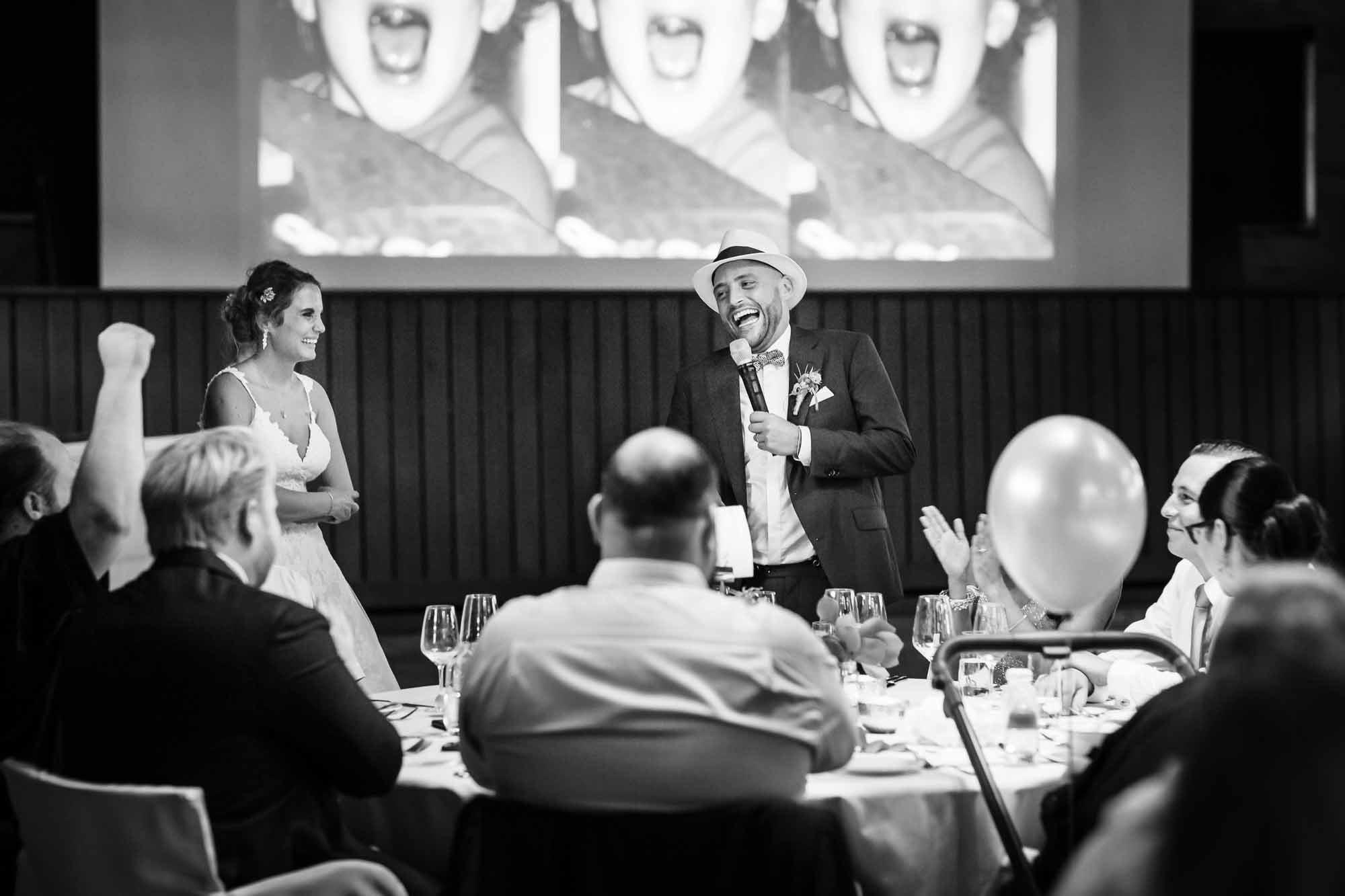 Brautpaar stellt Gäste am Tisch vor und alle lachen