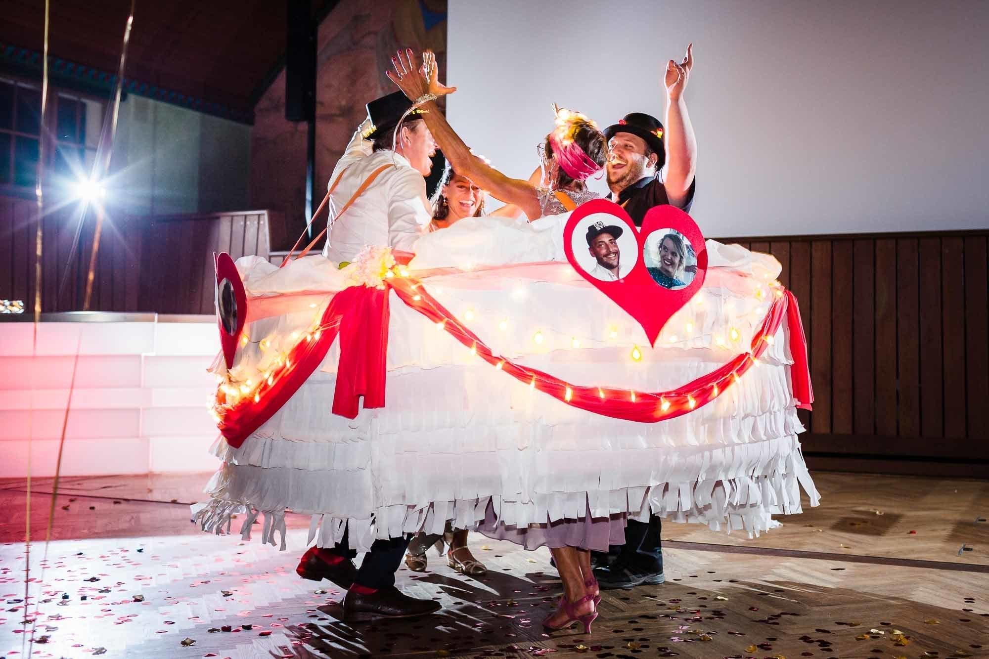 Gäste als Torte verkleidet tanzen