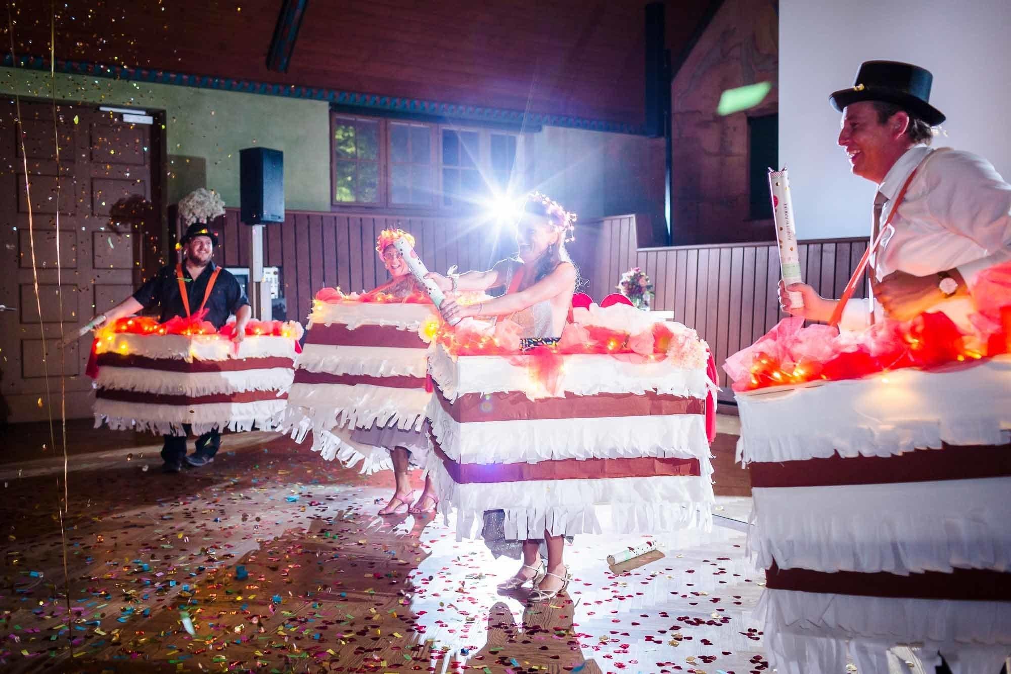 Gäste als Tortenstücke verkleidet tanzen