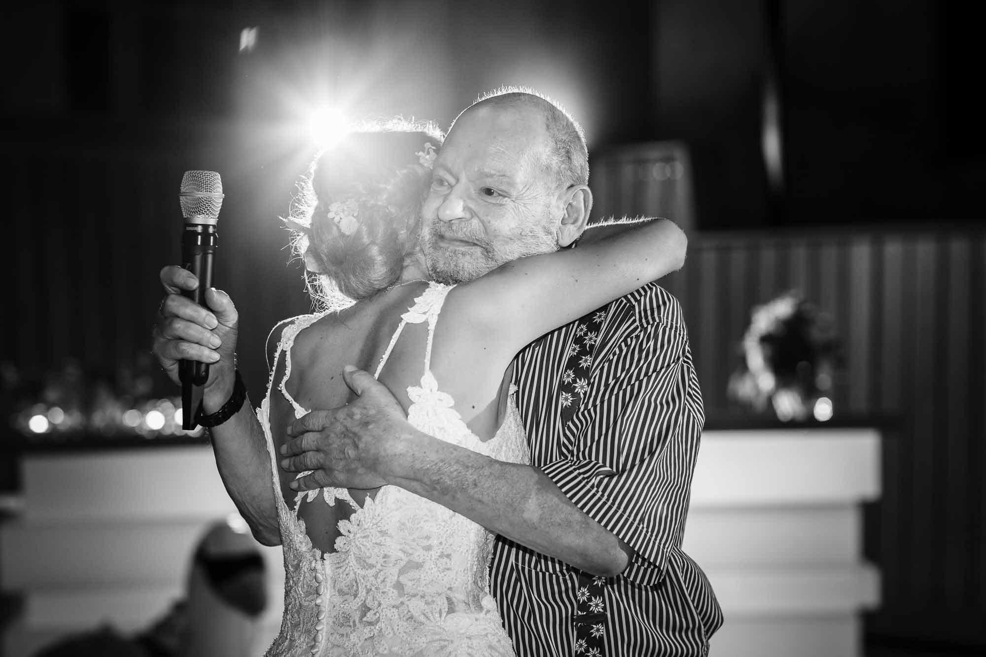 Braut umarmt Gast nach Rede