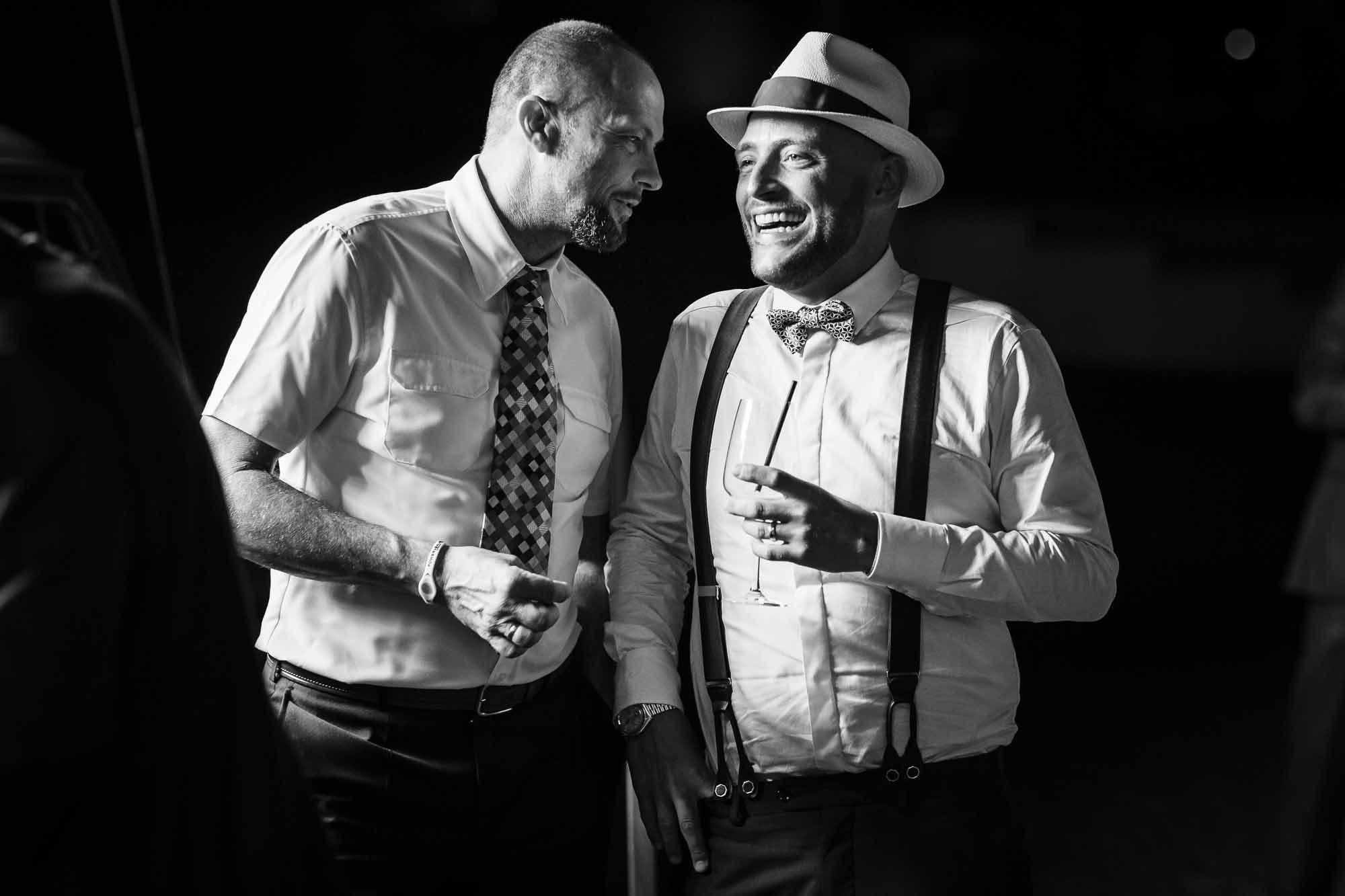 Bräutigam und Gast lachen