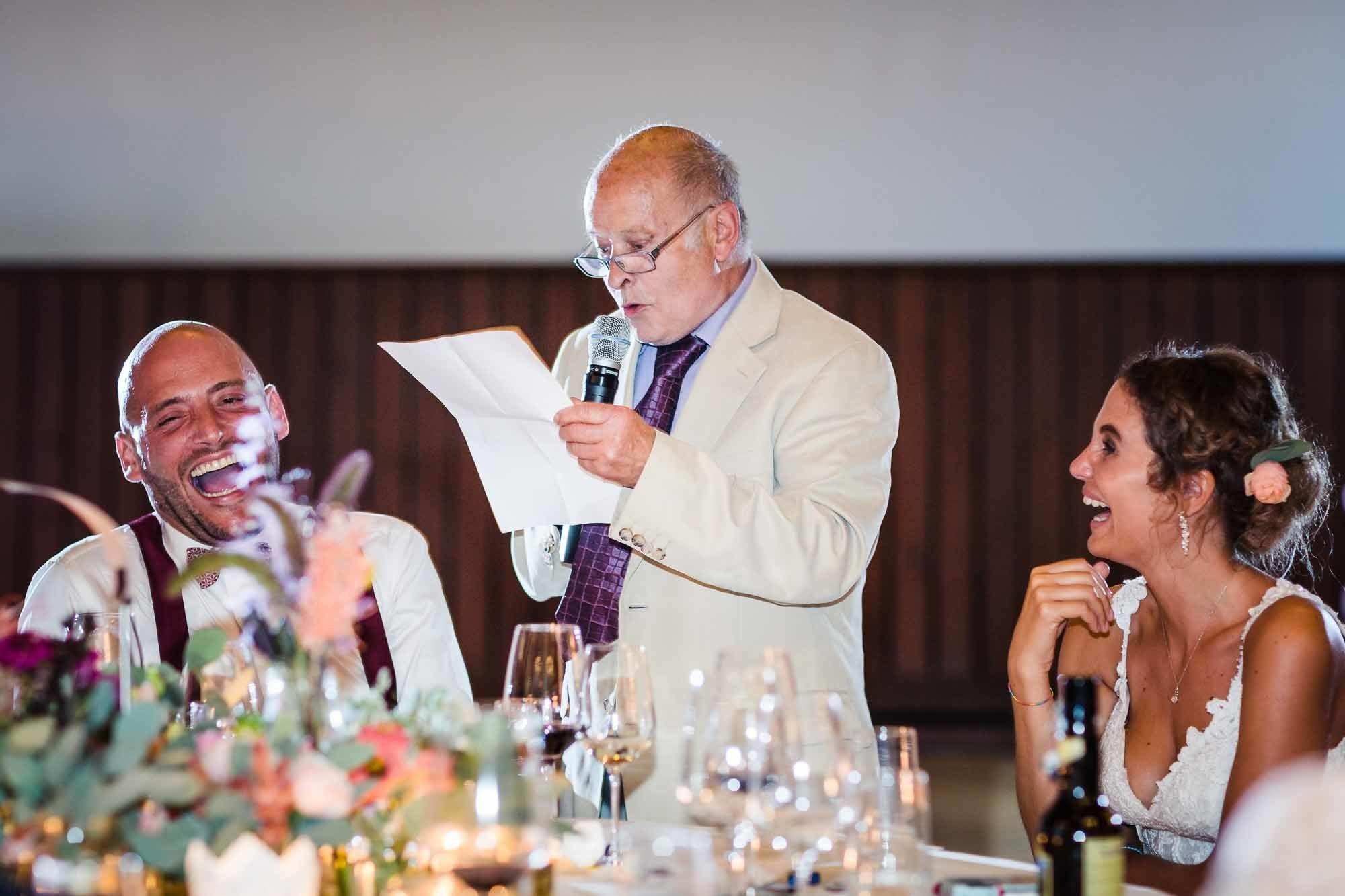 Gast hält Rede und Brautpaar lacht