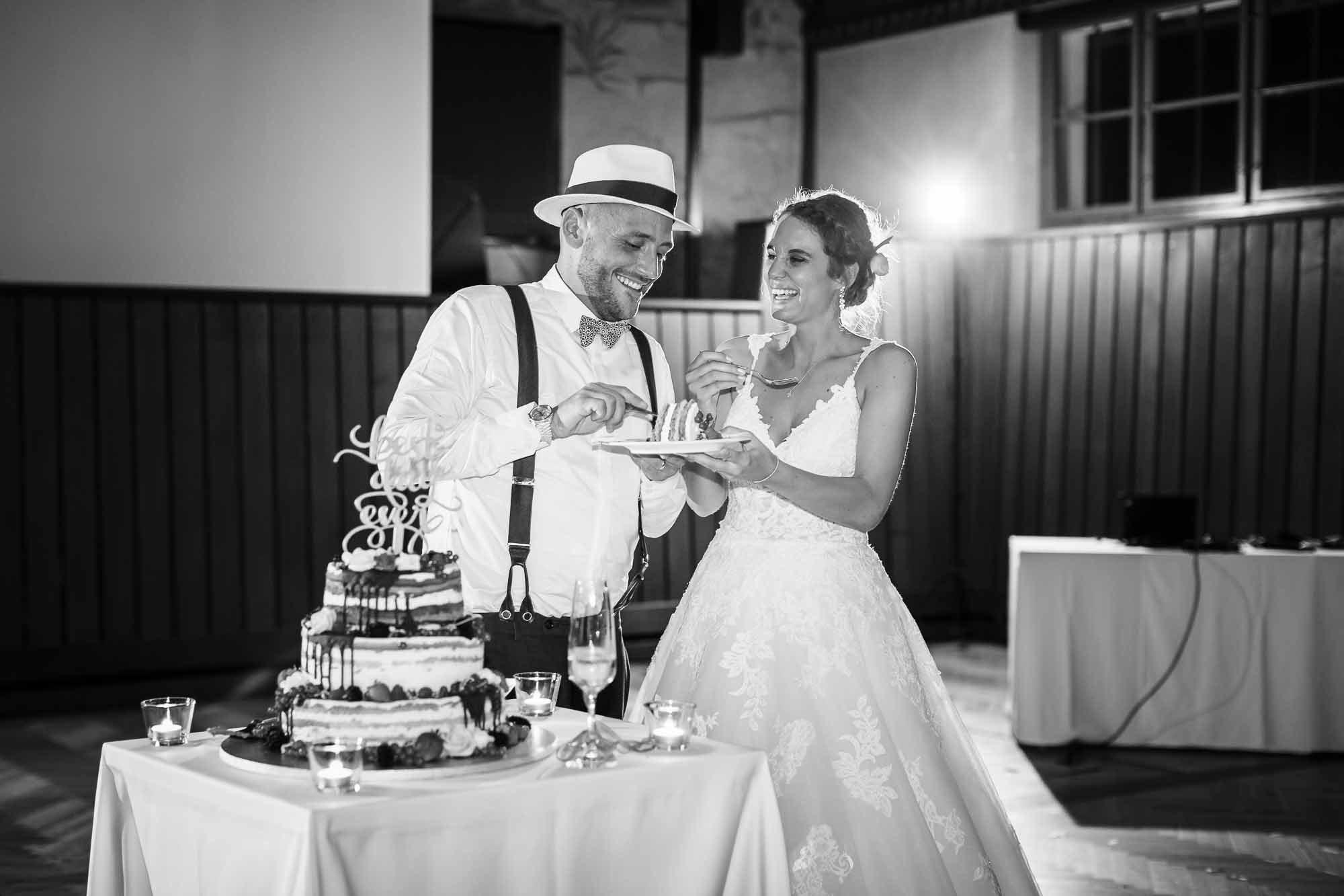 Brautpaar isst Hochzeitstorte nach Anschnitt