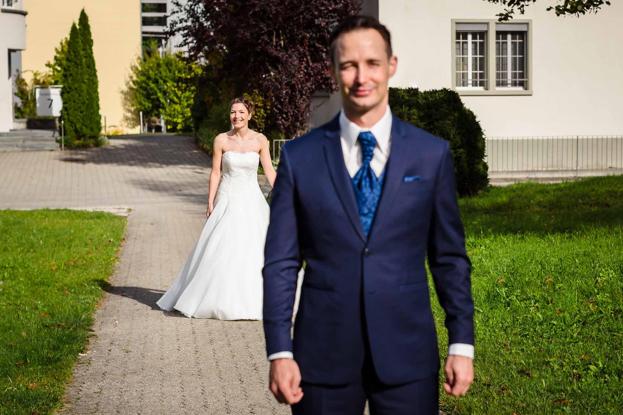 Brautpaar sieht sich zum ersten Mal. Braut schleicht sich an.