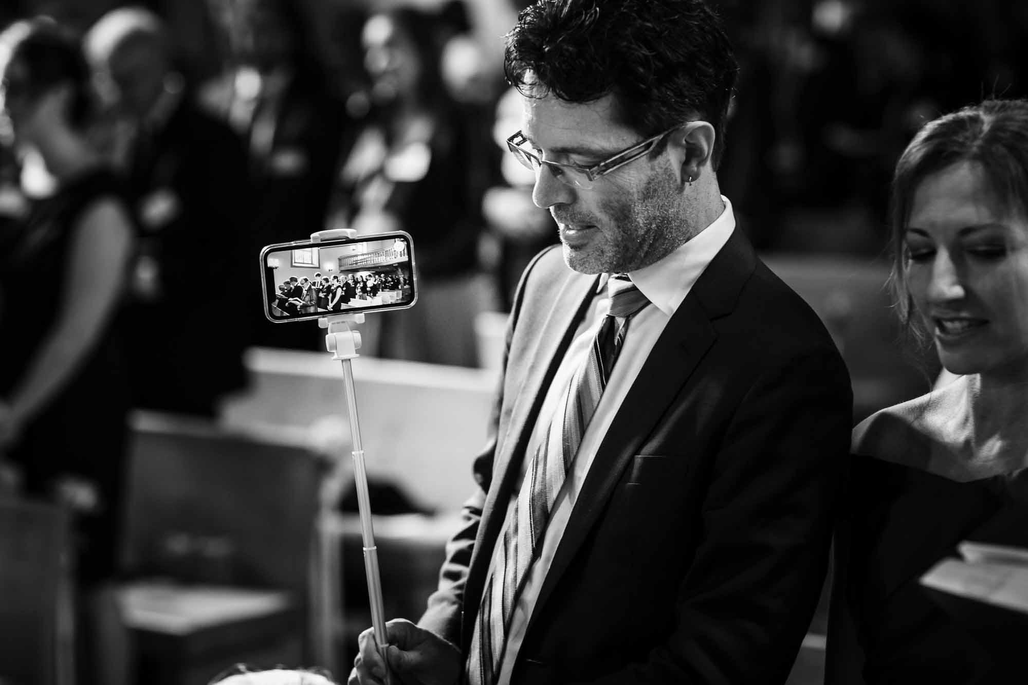 Livestream auf Handy für internationale Hochzeitsgäste