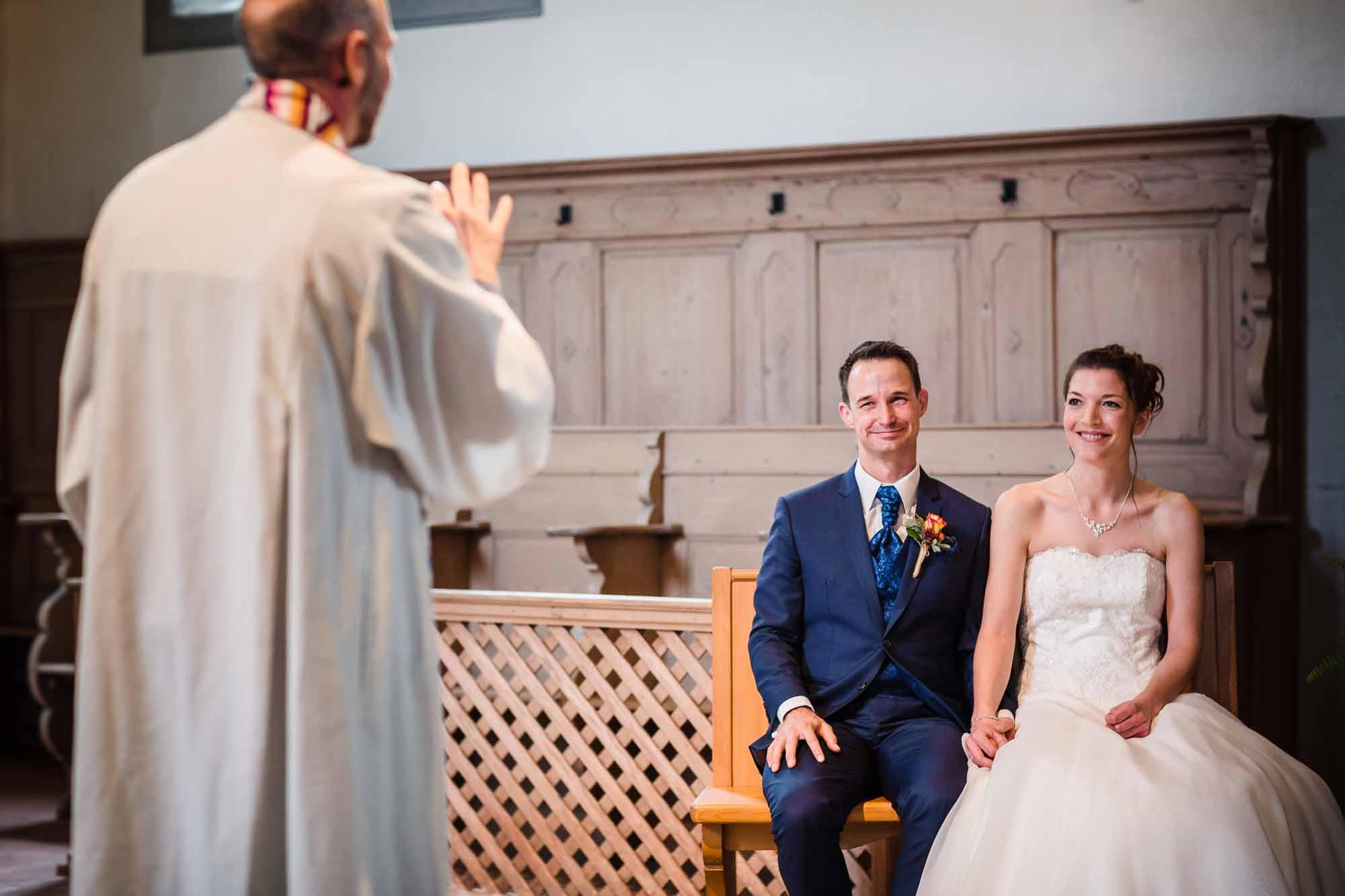 Pfarrer gibt Brautpaar Ratschlag