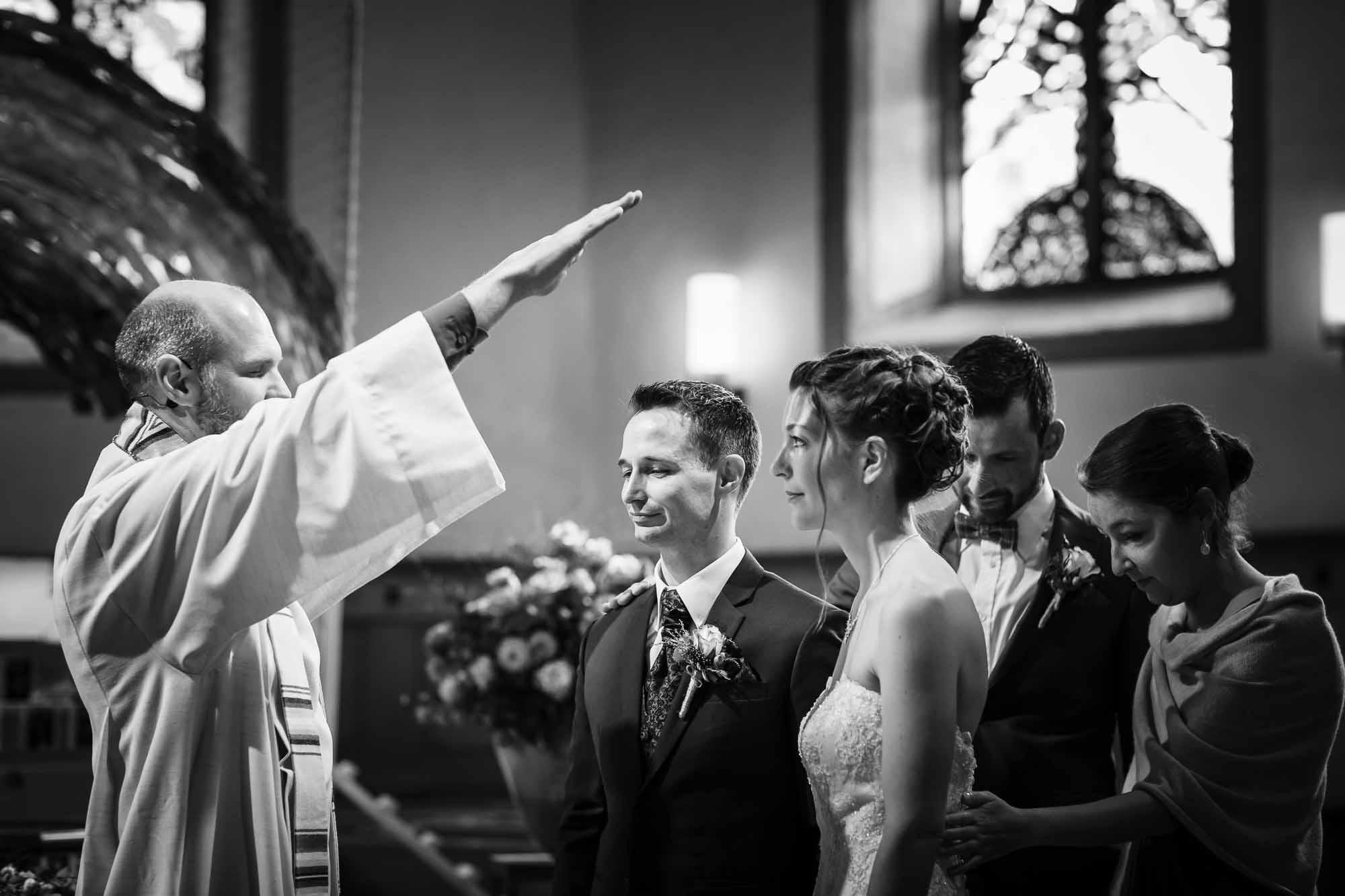 Brautpaar wird gesegnet und Trauzeugen beten mit