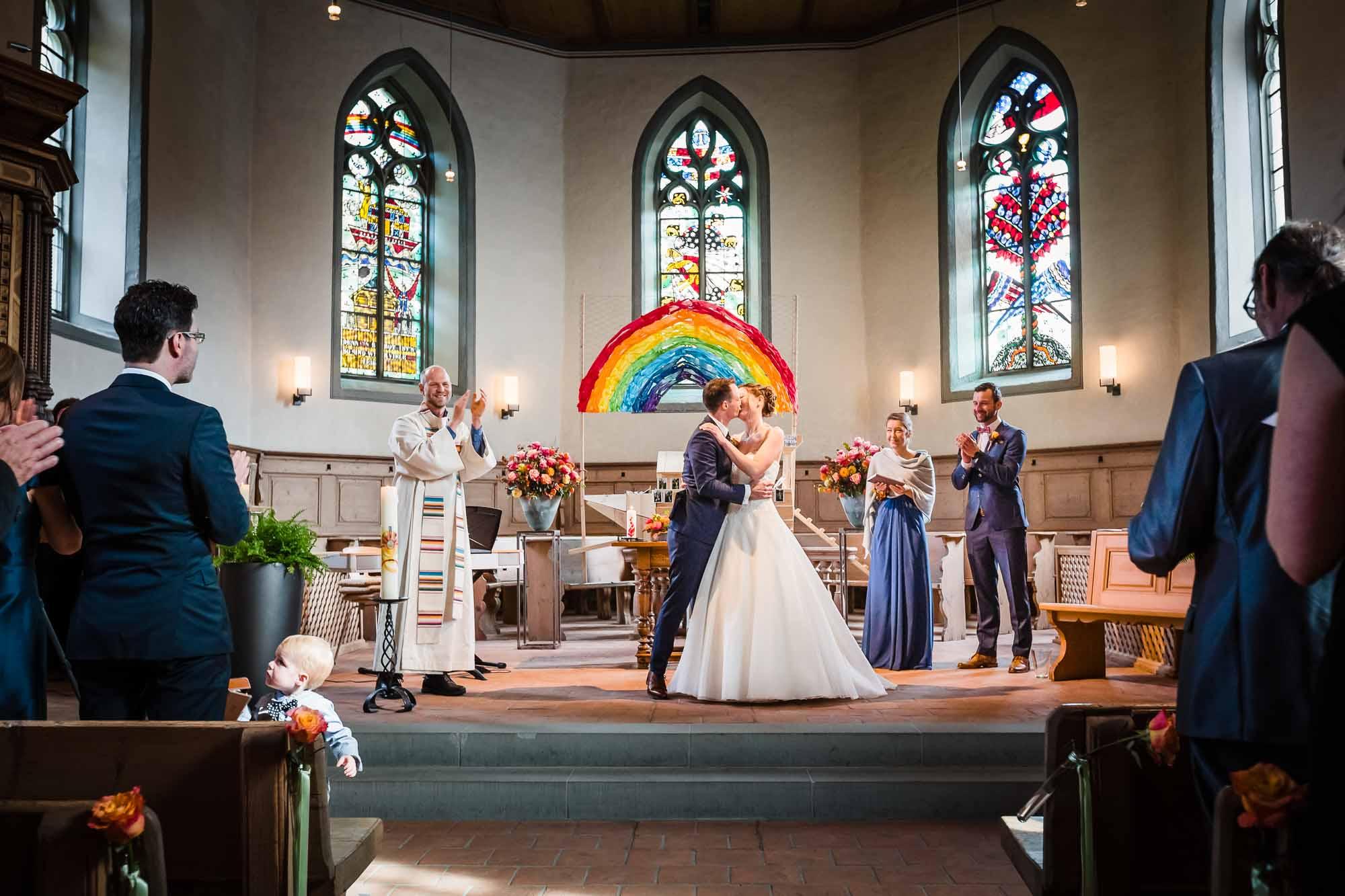 Fotos Hochzeit Emmental Brautpaar küsst