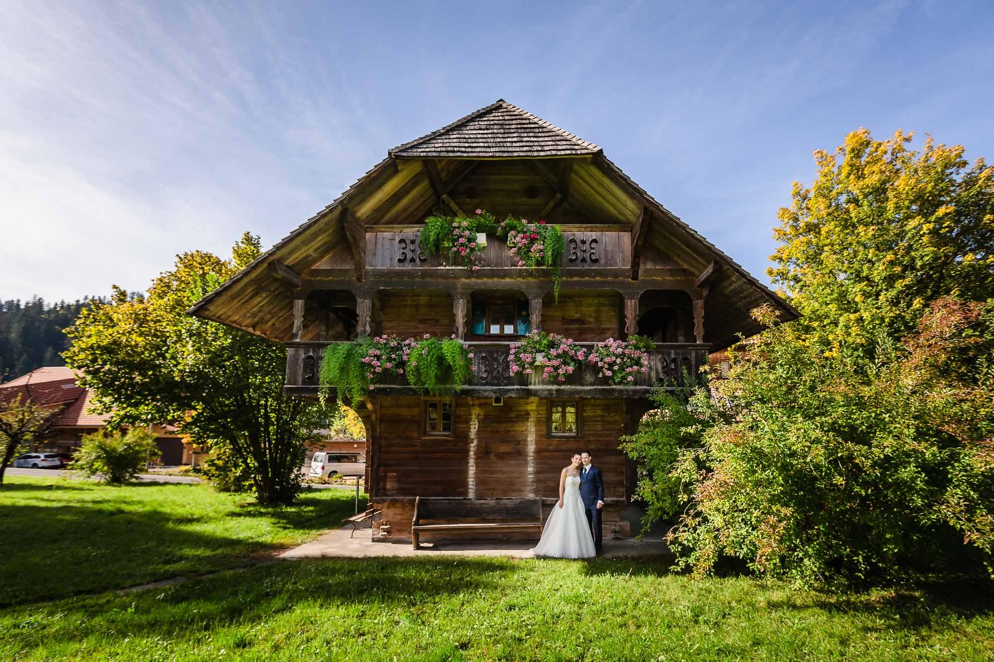 Brautpaar vor altem Haus