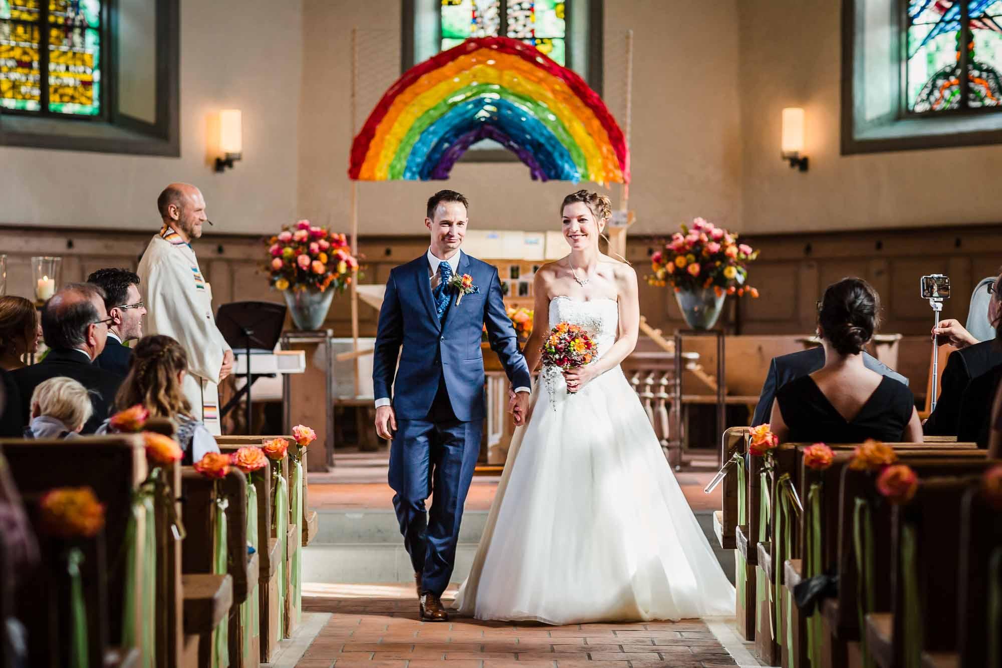 Brautpaar verlässt Kirche Trub nach Trauung