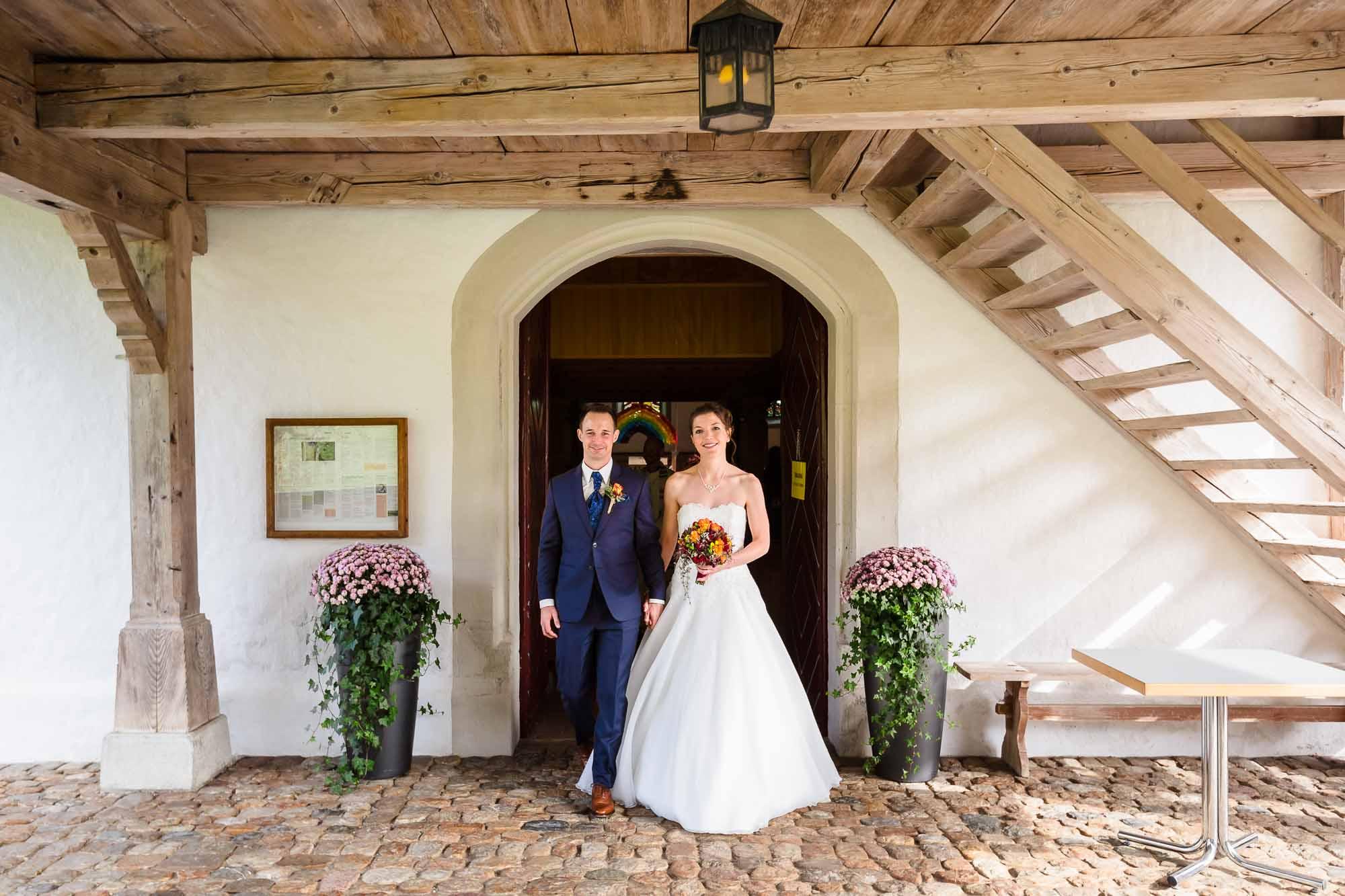 Brautpaar steht vor Eingang Kirche Trub Emmental