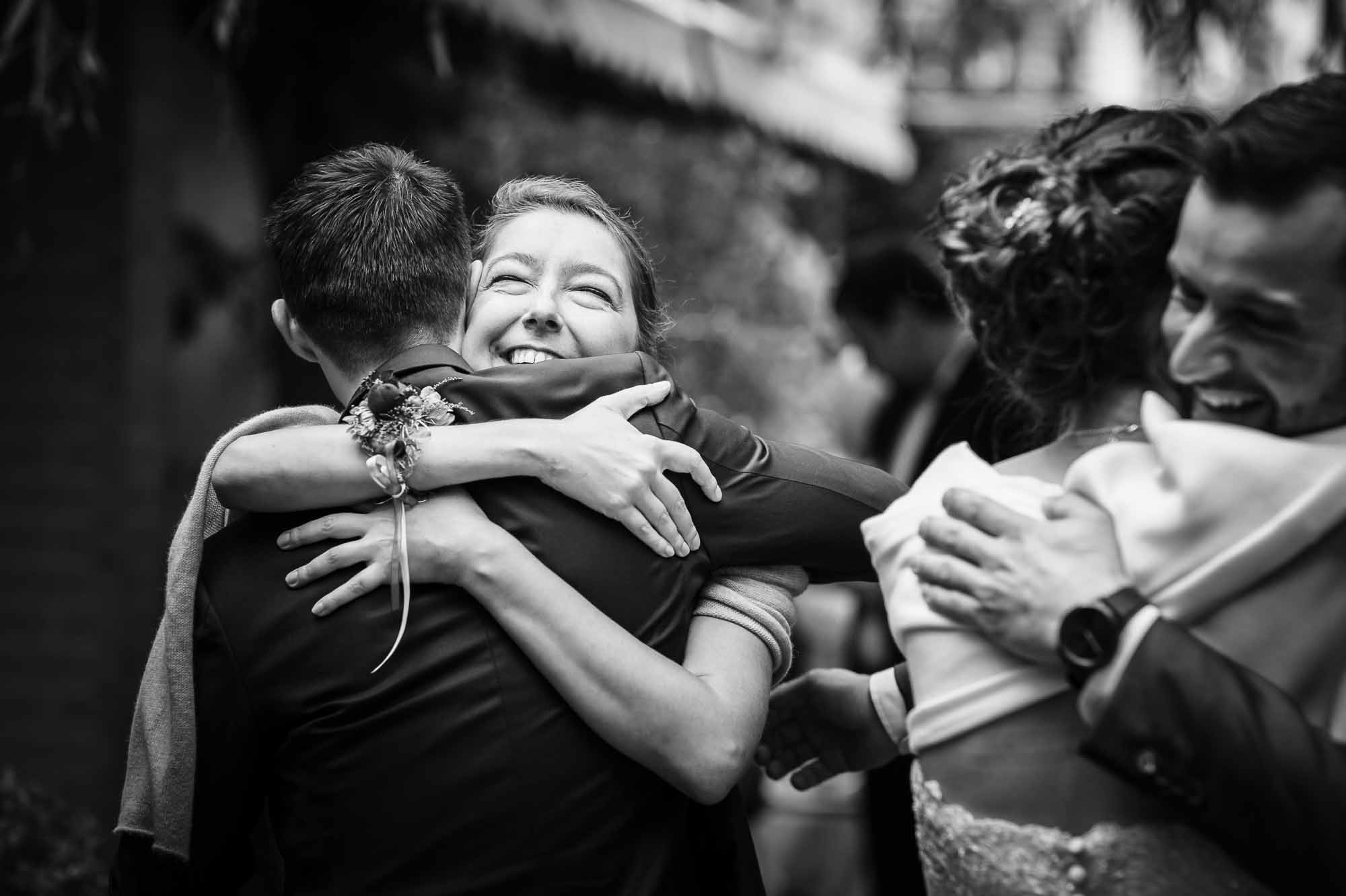 Trauzeugen umarmen und gratulieren dem Brautpaar Hochzeitsfotos Emmental