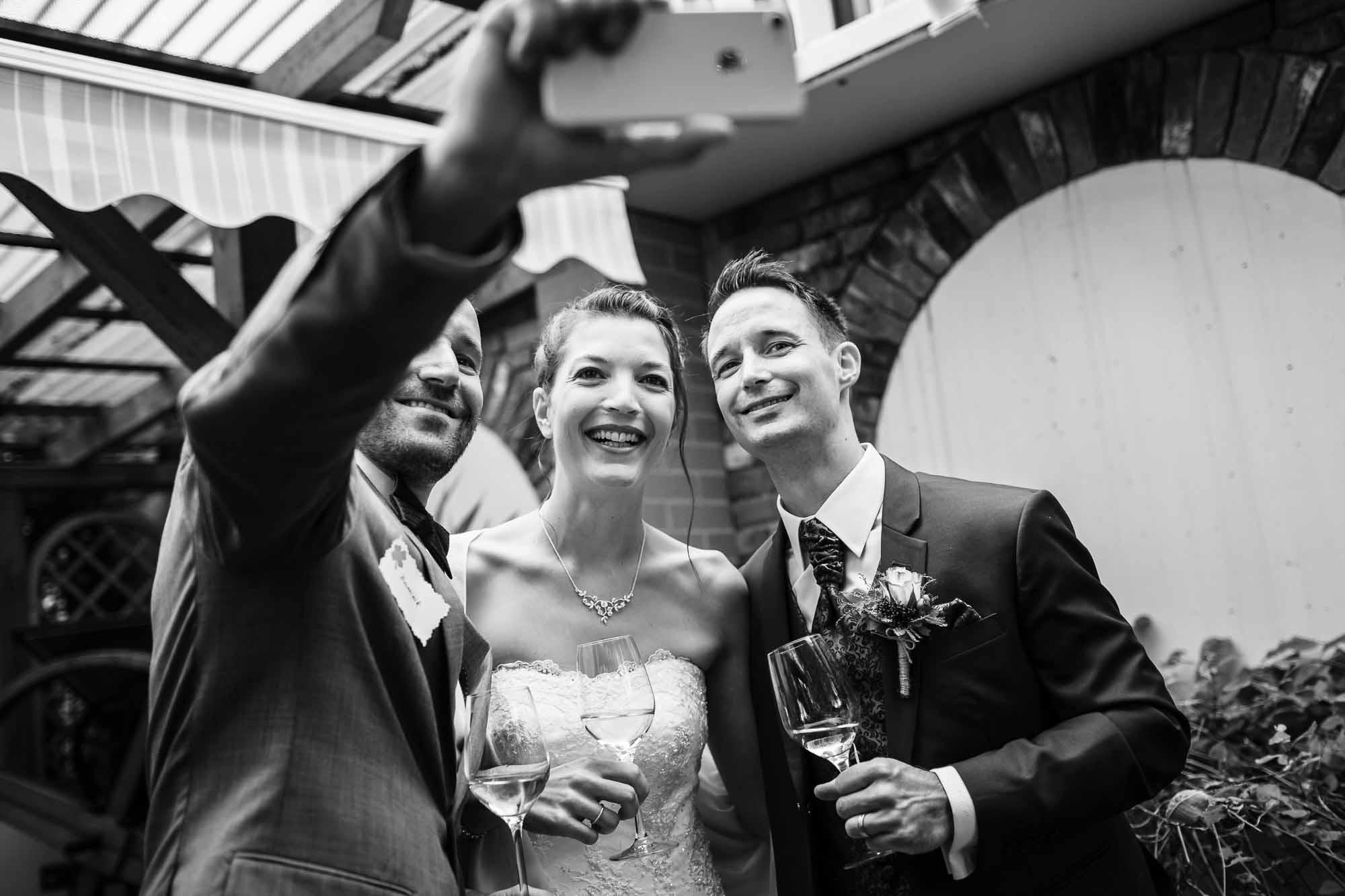 Brautpaar macht Selfie mit einem Gast in Langnau