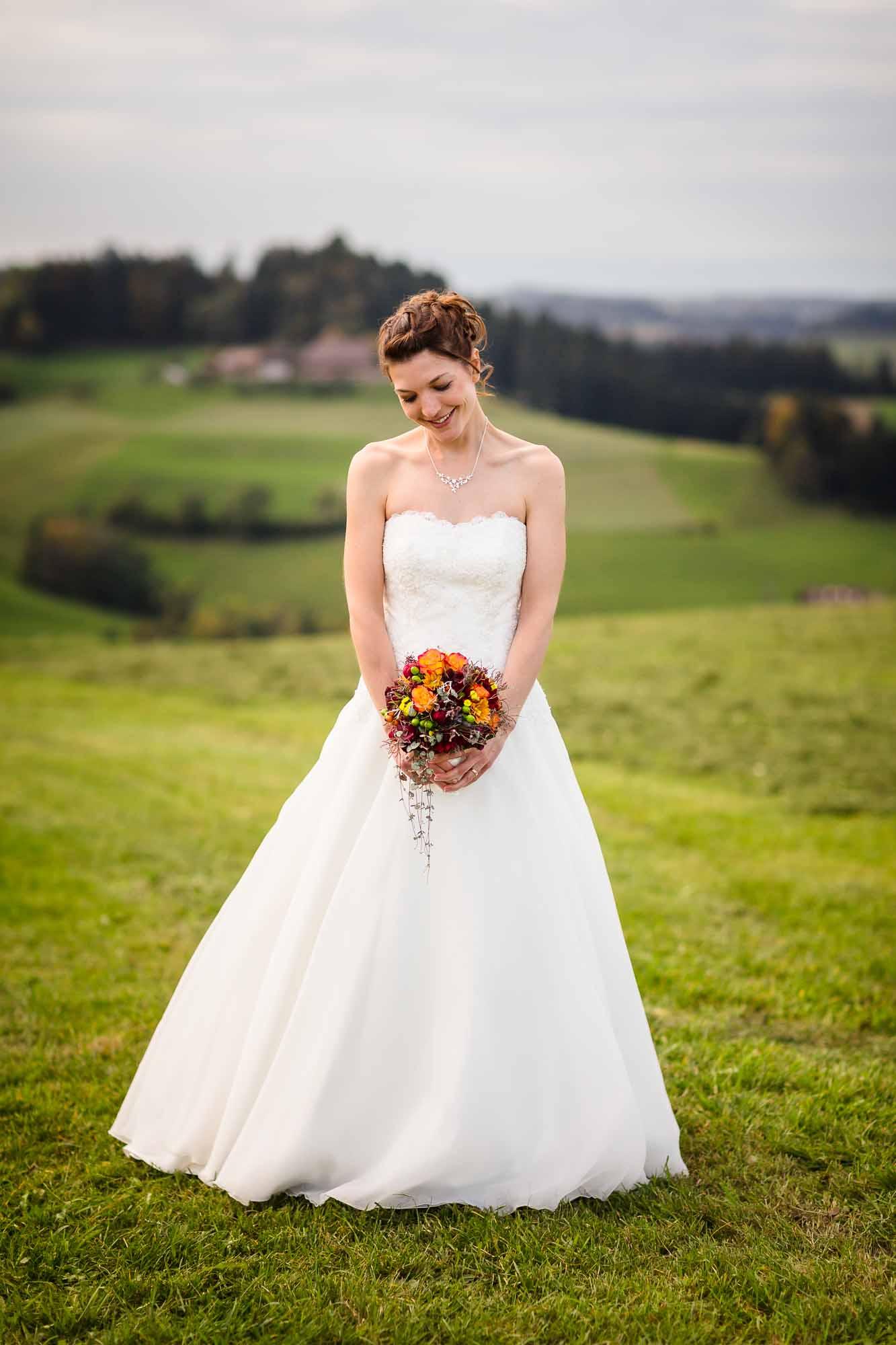 Hochzeitsfotos Emmental Braut Portrait auf Wiese