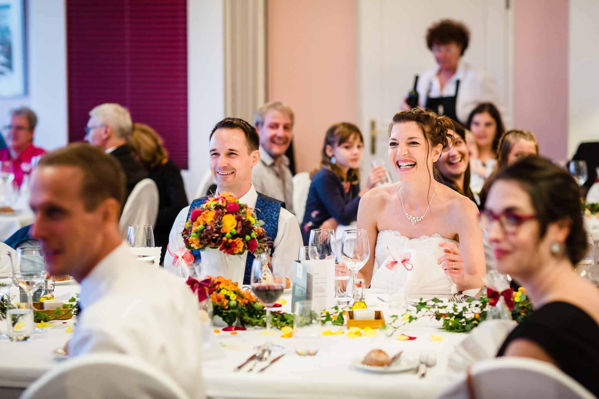 Brautpaar lacht während Präsentation