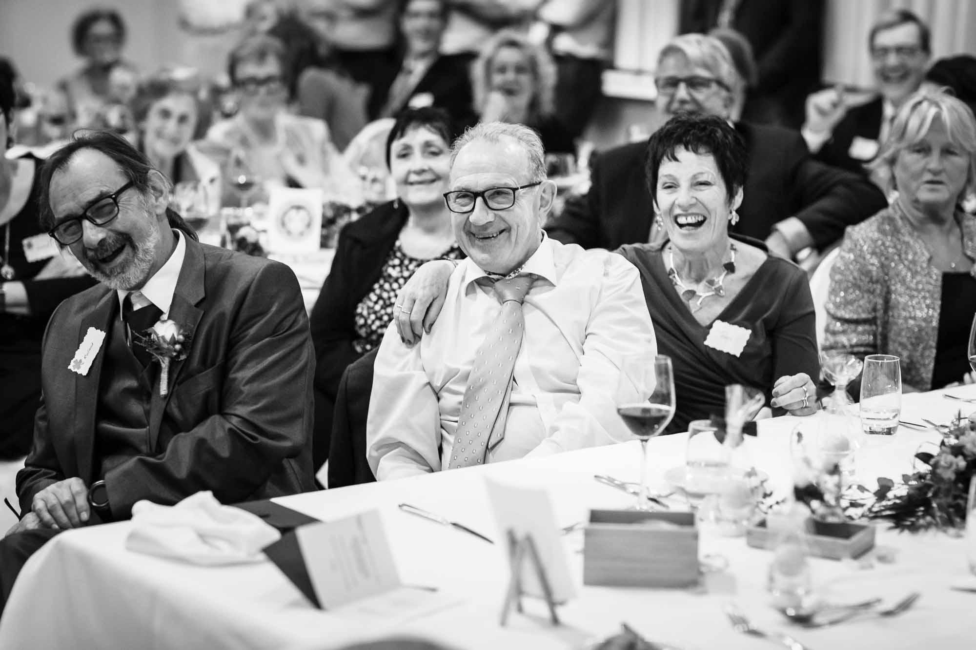 Gäste lachen während Rede