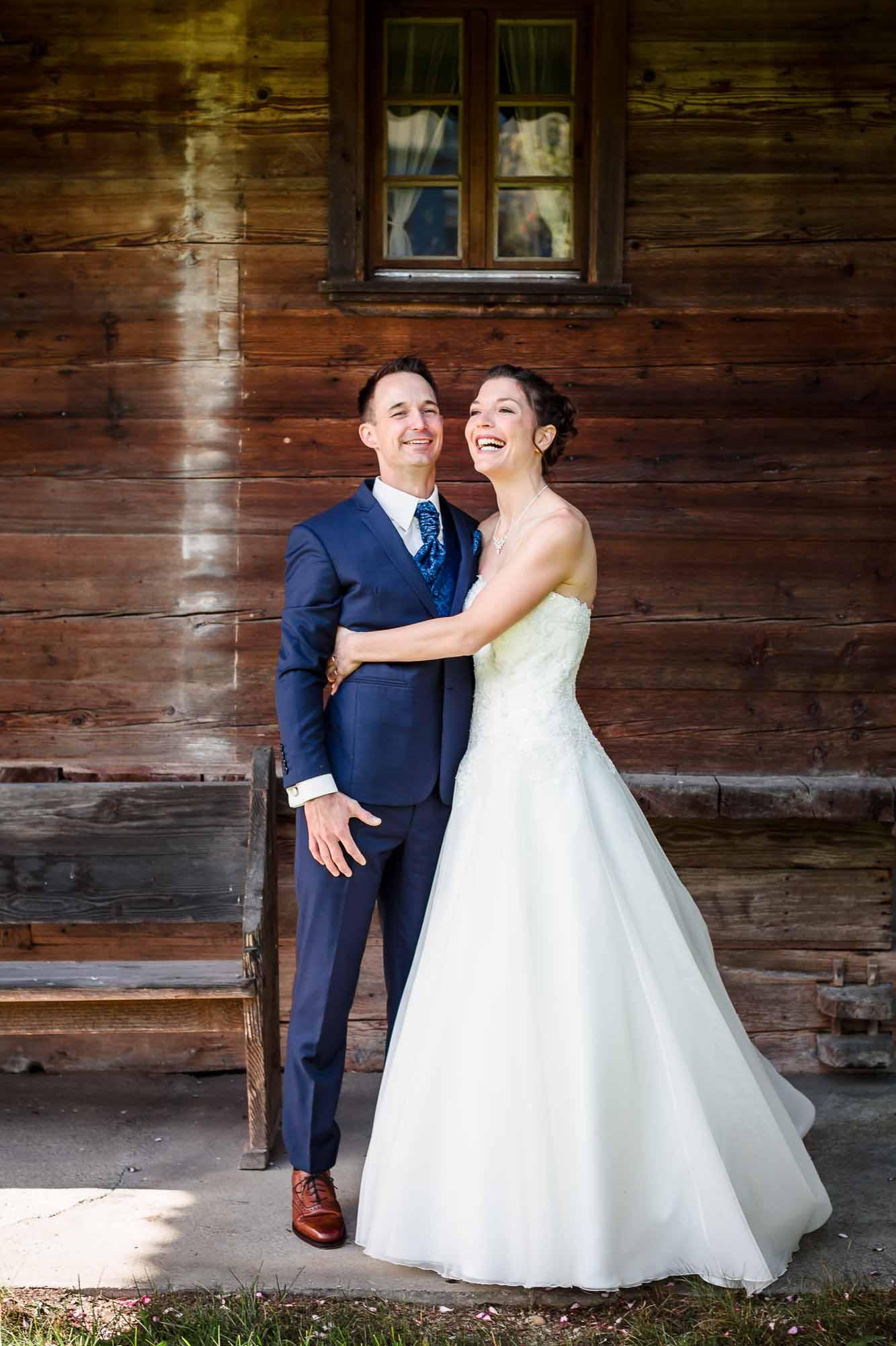 Hochzeitsbilder Emmental vor Bauernhaus