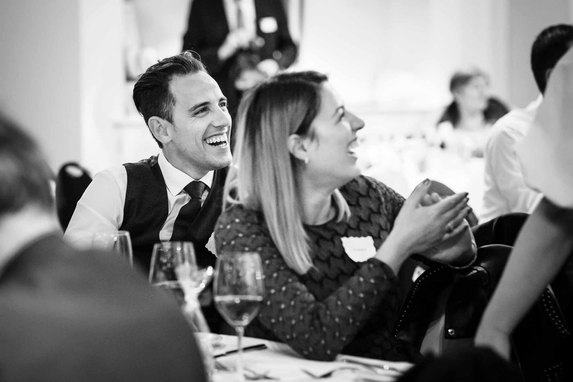 Hochzeitsgäste lachen fest