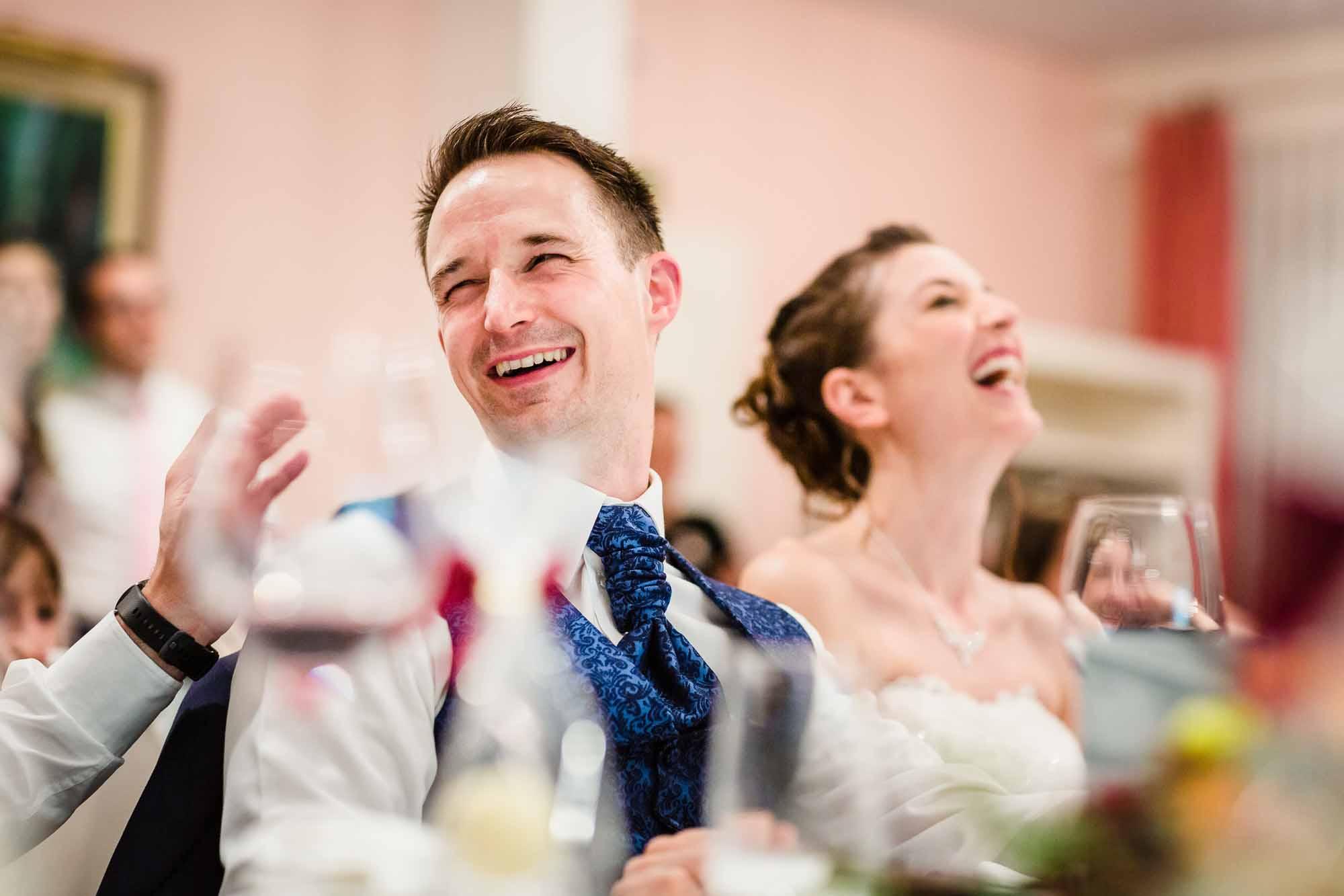 Brautpaar lacht herzhaft Hochzeitsfotos Emmental Moosegg