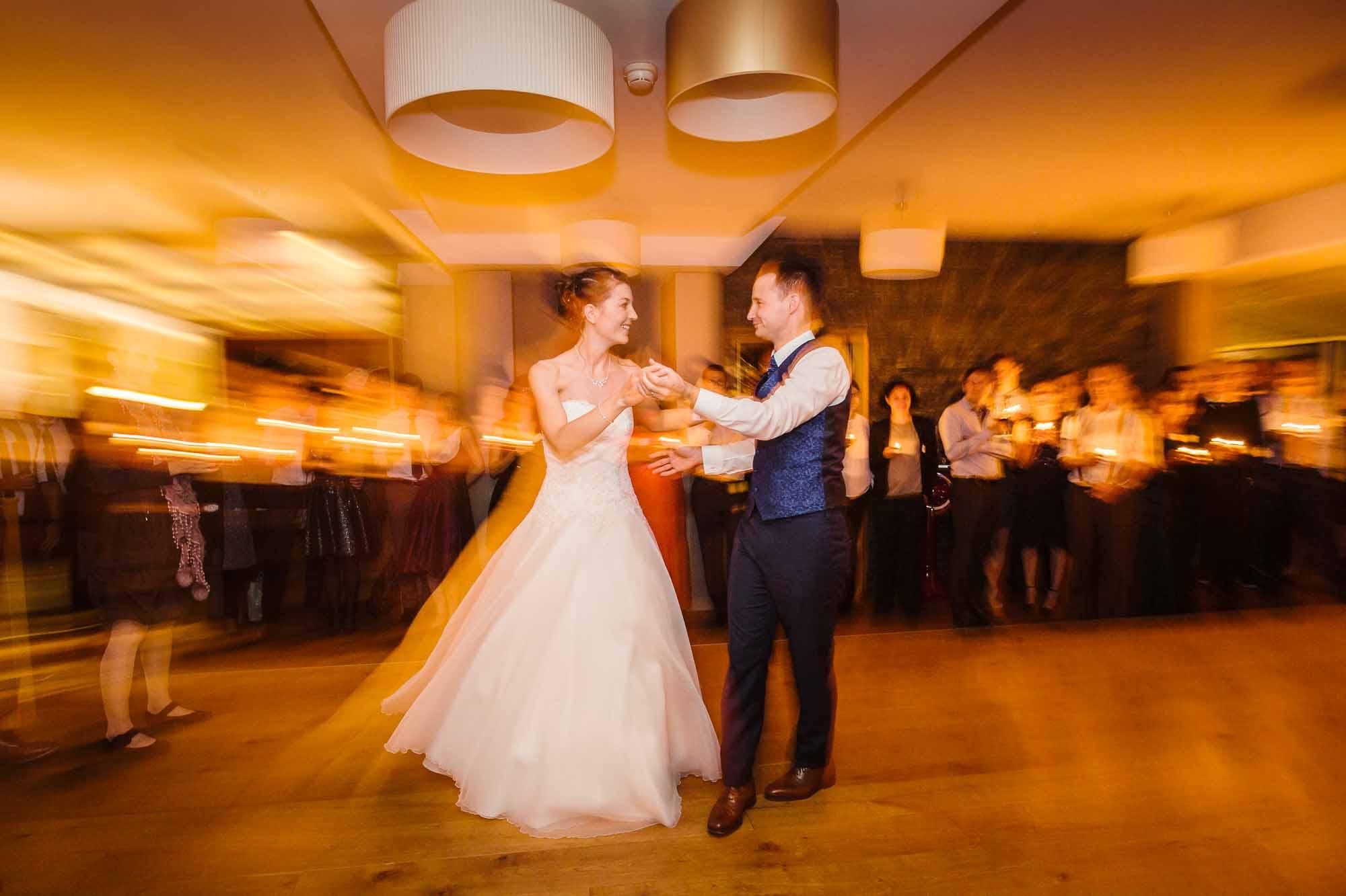 Hochzeitsfotos Emmental Brautpaar eröffnet Tanz im Restaurant Moosegg