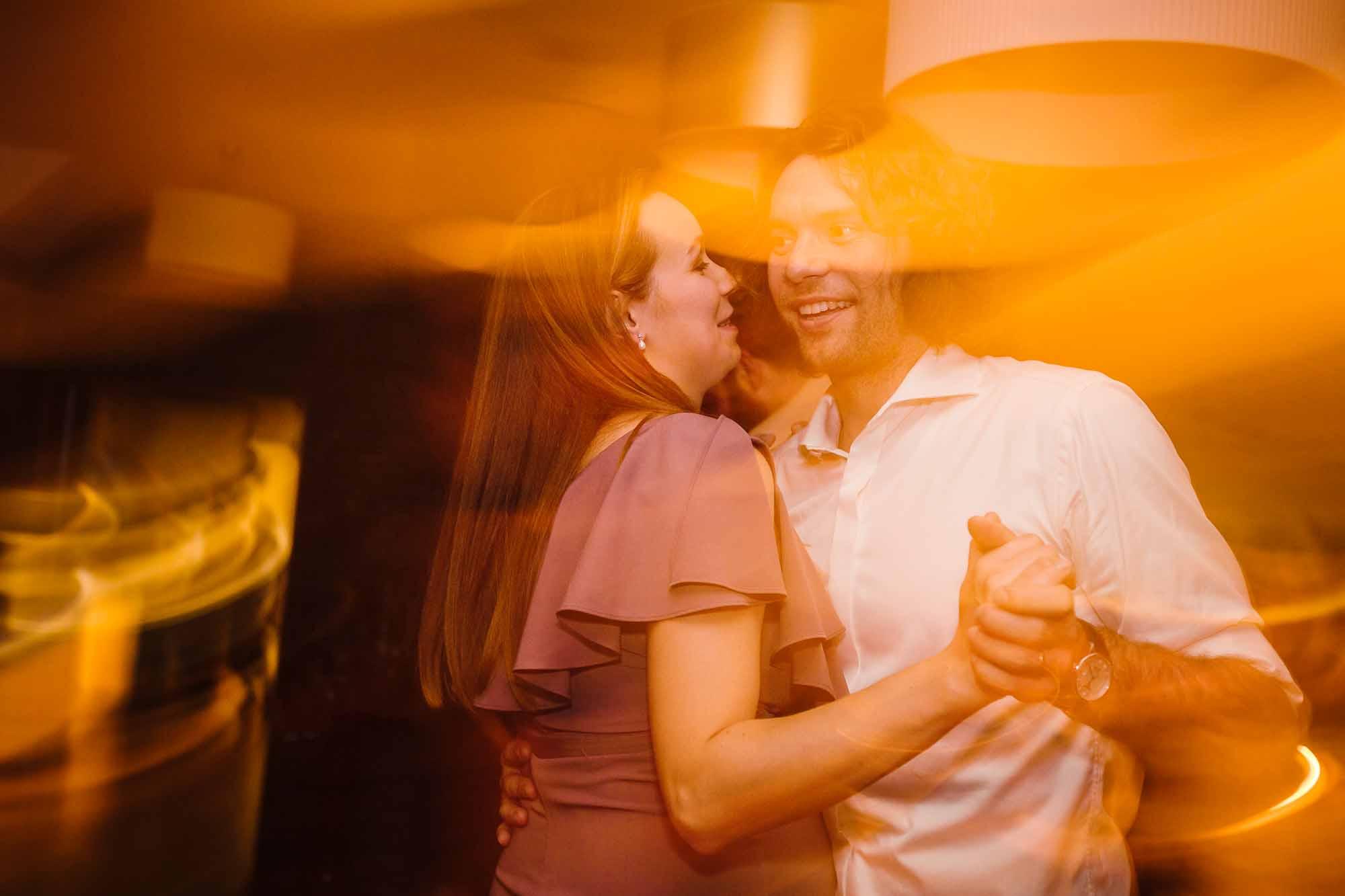 Paar tanzt im popigen Licht