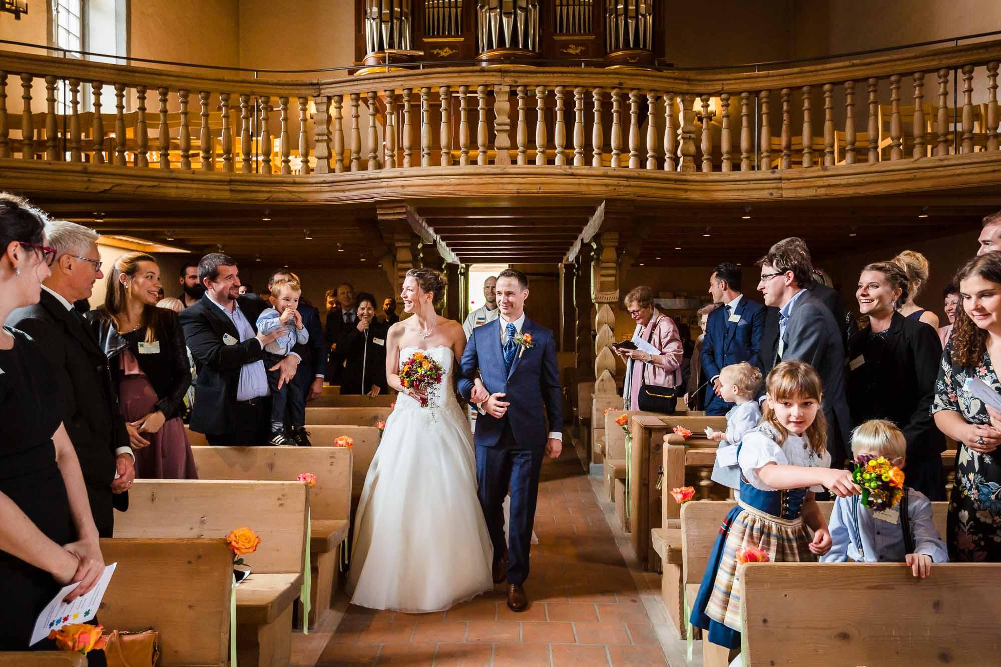 Brautpaar zieht in Kirche ein